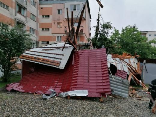 Furtuna a făcut RAVAGII în Dej! Acoperișuri dărâmate și mașini distruse.