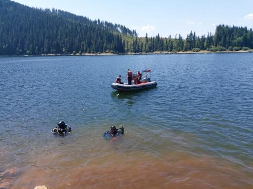 Bărbatul dispărut în Lacul Beliș nu a fost găsit. Căutările salvatorilor continuă.