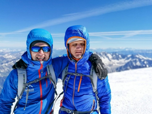2 sportivi nevăzători pleacă să cucerească Vârful Elbrus