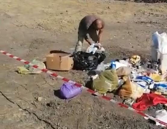 Bărbat filmat în timp ce adună gunoaiele pe care le-a aruncat