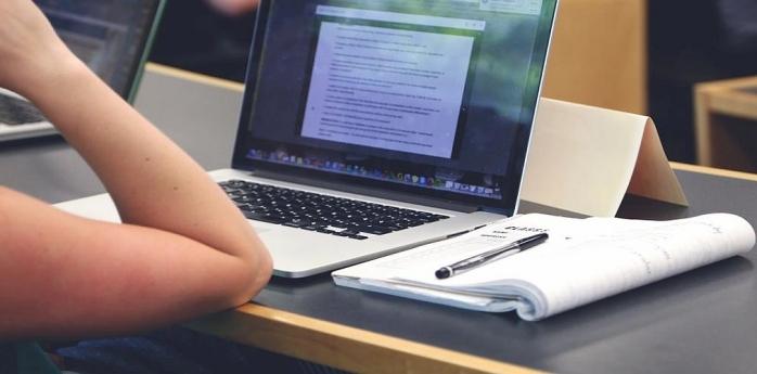Laptopuri cu conexiune la internet pentru studenții UBB cu bursă socială