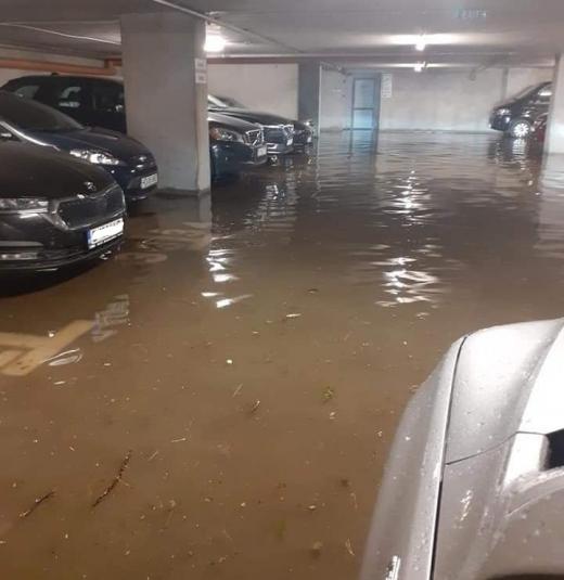 Parcare subterană, INUNDATĂ după furtună în Cluj. Mașini distruse de garduri prăbușite și copaci căzuți