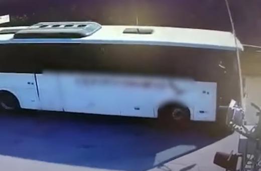 VIDEO. Șoferul unui autocar cu muncitori a FORȚAT trecerea la calea ferată, când venea trenul, în Cluj