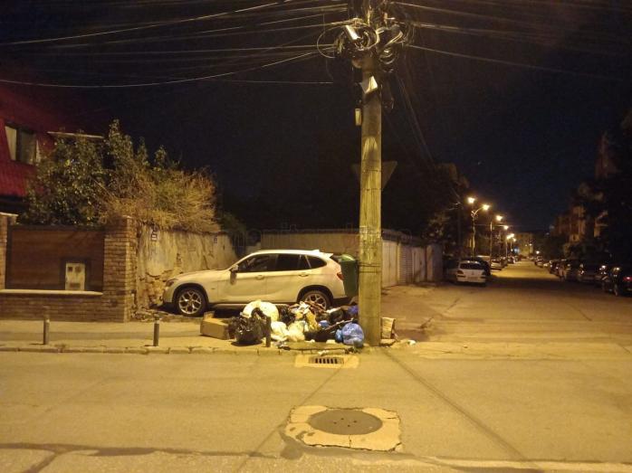 Trotuar acoperit de gunoi, pe o stradă din Mărăști. Pietonii, nevoiți să meargă pe carosabil