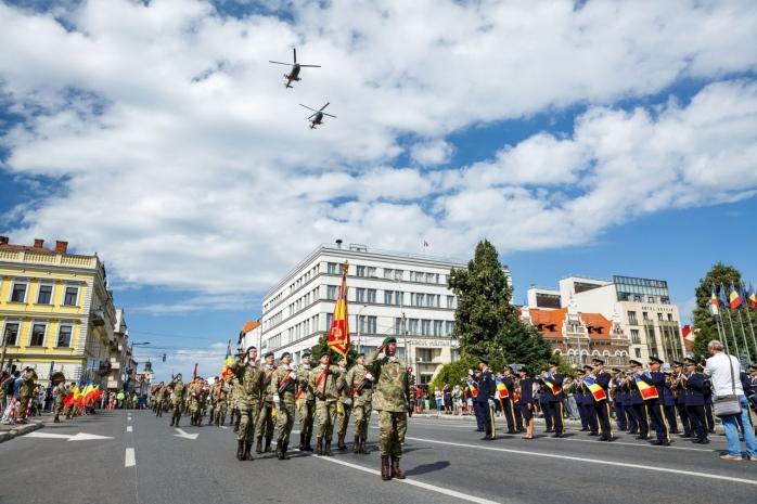 """Clujul, survolat de MIG-uri și elicoptere militare, la aniversarea a 105 ani de existență a Diviziei 4 Infanterie """"Gemina"""""""
