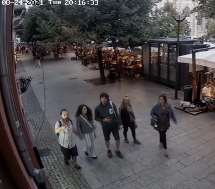 Cinci tineri spanioli au FUGIT dintr-un bar din Piața Unirii fără să plătească