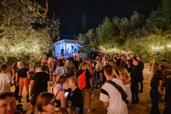 """Epidemiolog: """"Clujul culege deja roadele organizării unor evenimente de zeci de mii de oameni în plin val Delta""""."""