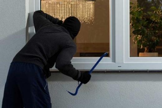 Hoț, prins în timp ce spărgea o casă din Dej. Bărbatul  fost reținut de polițiști.