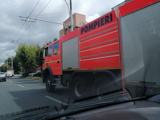 O femeie din Cluj-Napoca a rămas blocată în lift între etaje, după ce acesta s-a defectat. Pompierii, la fața locului.