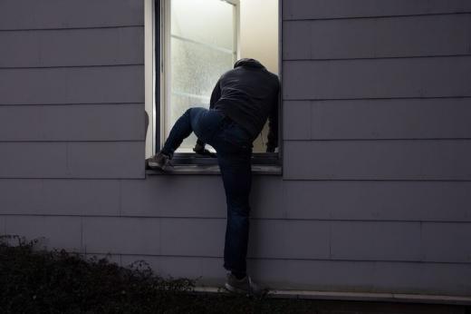 """Spargere la un apartament din Gherla. Hoții au ieșit cu """"prada"""" pe geam și s-au făcut nevăzuți"""