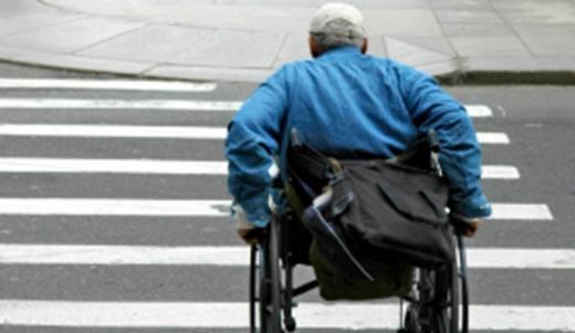 Pieton în scaun cu rotile, LOVIT de o mașină de gunoi în Cluj. Bărbatul a ajuns la spital