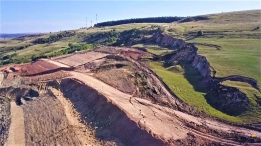 """VIDEO. Pământul o ia din nou """"la vale"""" pe Autostrada Transilvania, între Nădășelu și Zimbor. Imagini surprinse cu drona."""