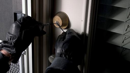 Hoț cu tupeu! Polițiștii clujeni au prins un bărbat care a intrat în 4 locuințe din Cluj-Napoca