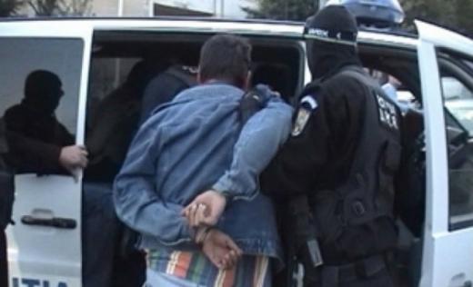 Tânăr ȘANTAJIST din Turda, prins în FLAGRANT de polițiști. Amenința un bărbat pentru a primi bani.
