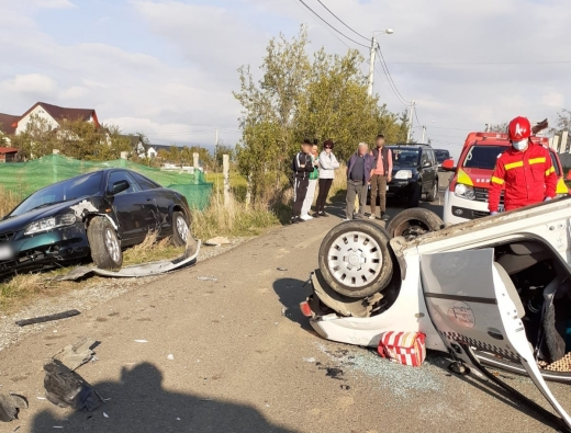 FOTO. O mașină s-a RĂSTURNAT în Dej în urma unui accident. Șoferul a rămas BLOCAT în autoturism, fiind RĂNIT.