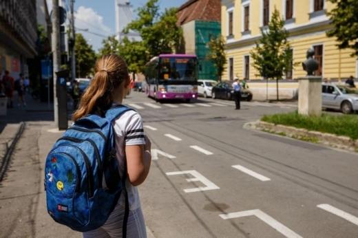 Elevă de 9 ani din Florești, BĂTUTĂ de un polițist local. Fapta s-a petrecut în autobuzul școlar.