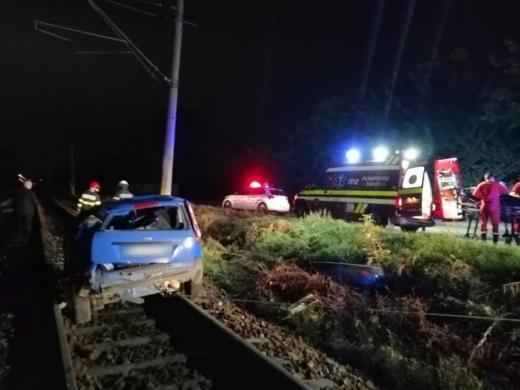 Un șofer BEAT a ajuns cu maşina pe şinele de tren în Cluj-Napoca. Trei tineri au fost răniți. FOTO
