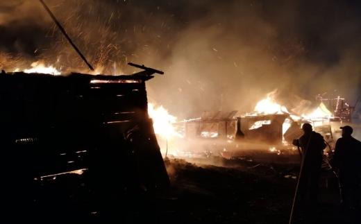 FOTO VIDEO. Mai multe case din județul Cluj mistuite de FLĂCĂRI. Pompierii au intervenit cu patru autospeciale