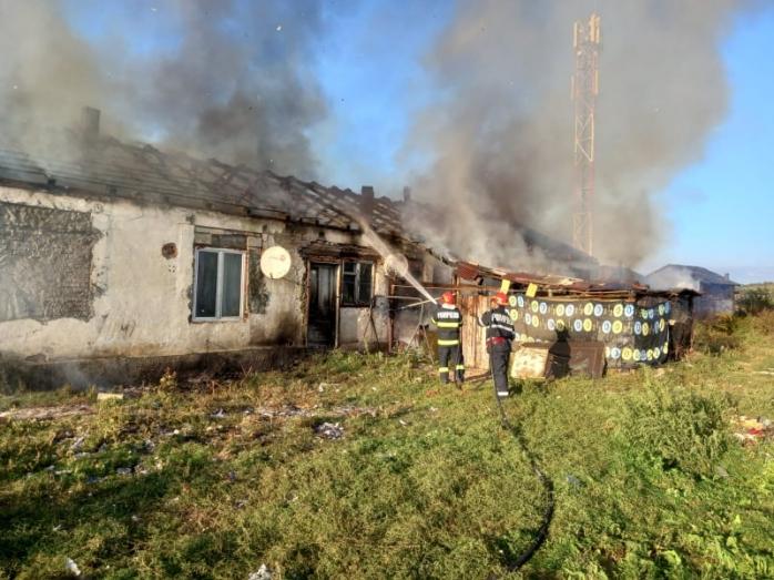 FOTO. Un INCENDIU a cuprins mai multe locuințe din Dej