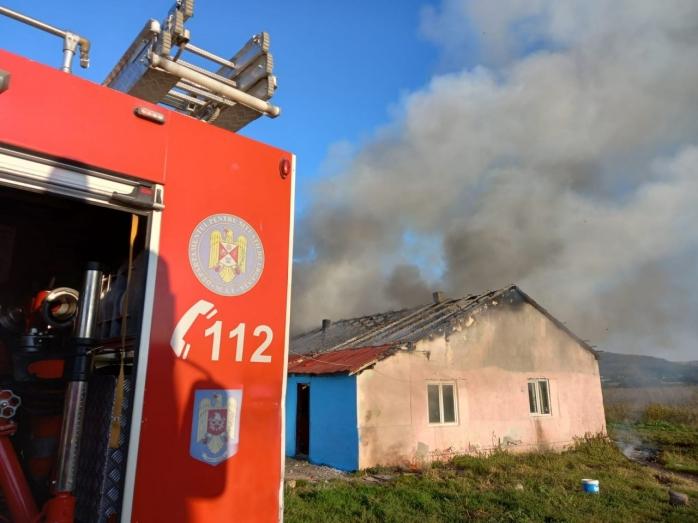 Opt familii au rămas fără casă în urma incendiului violent din Dej. Oamenii, ajutați cu mâncare și locuințe provizorii.