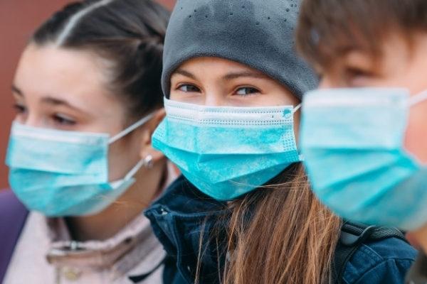 Elevii de la 5 școli din județ fac toate orele ONLINE. Peste 550 de elevi clujeni, infectați cu COVID.