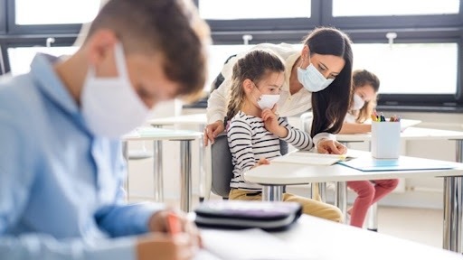 6 din 10 părinți nu știu dacă profesorii care predau copiilor lor sunt vaccinați. Mulți dintre ei nici nu vor să știe