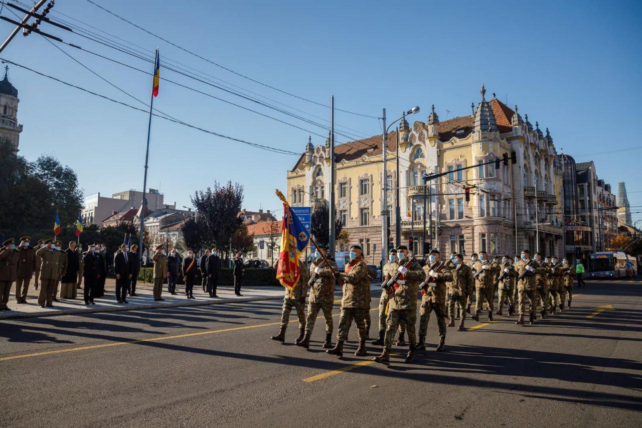 """Ceremonie militară, organizată în Cluj de Ziua Armatei. Boc: """"Haina militară înseamnă sacrificiu"""" FOTO"""